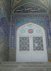 در ورودی مسجد معصومیه گره سازی قوس درب با سپری و شیشه های رنگی