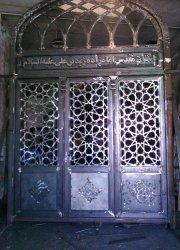 در آهنی  ورودی امامزاده زید بن علی تویسرکان