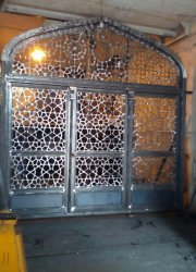 درب سه لنگه بازشو گره سازی شده به ارتفاع ۴ متر و عرض۴ متر مسجد سلمان شهر