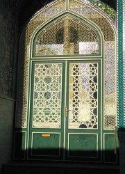 در ورودی مسجد میدان نواب قم